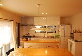 白いキッチンにお気に入りの白いタイルで明るいキッチンに