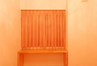 赤いクロスの天井とシャンデリアが印象的な個室