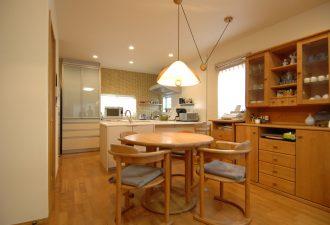 キッチンと一体となり広々した空間に