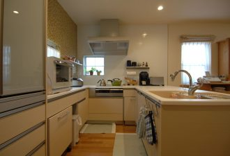 吊戸棚を撤去してオープンなキッチンに。