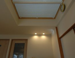 1階に光を落とすグレーチング天井