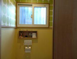 クロスの組み合わせがかわいい1階トイレ