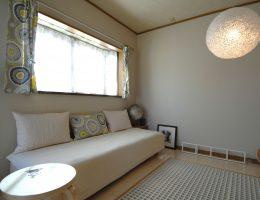 照明器具が個性的な2階の洋室