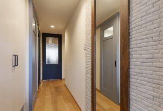 玄関には大きな鏡とお気に入りのタイルでかわいい土間に!
